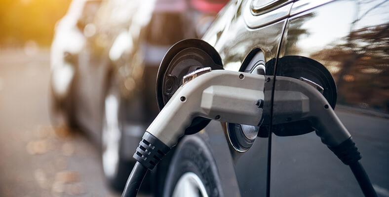 Elektrische auto die opgeladen wordt tijdens een onderhoudsbeurt